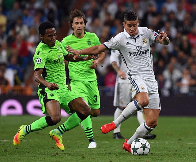 James disputa el balón en la Champions