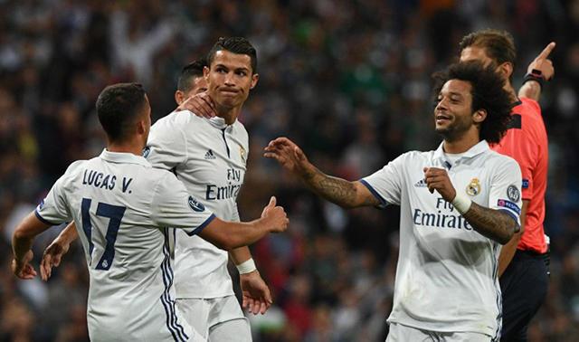 Cristiano Ronaldo es felicitado por sus compañeros tras marcar al Sporting