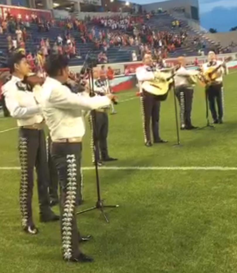 Mariachi interpreta Himno de Estados Unidos