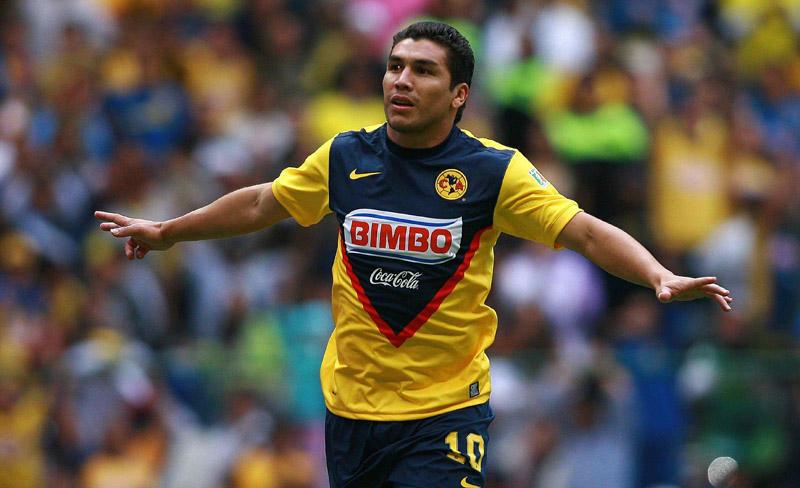 Salvador Cabañas orgulloso portando la playera del América