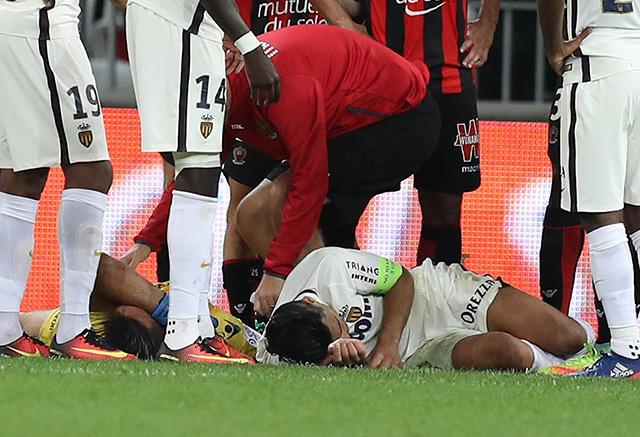 Falcao chocó con el portero rival y se llevó un golpe en la cara