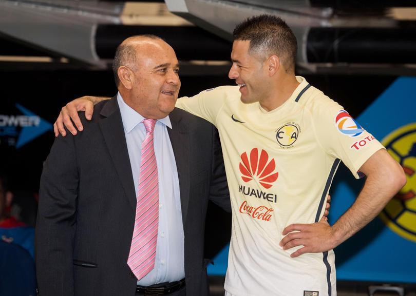 Juan Antonio Luna técnico de Veracruz, recibe un abrazo por parte de Pablo Aguilar