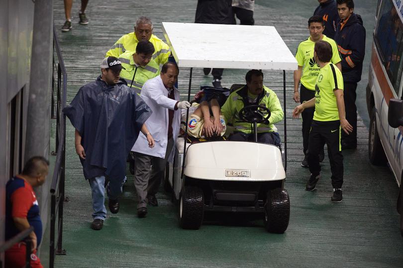 Paul Aguilar fue llevado por los médicos del América a un hospital para valorar el grado de lesión