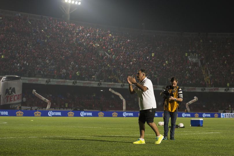 La afición de Veracruz muestra su cariño a Carlos Reinoso