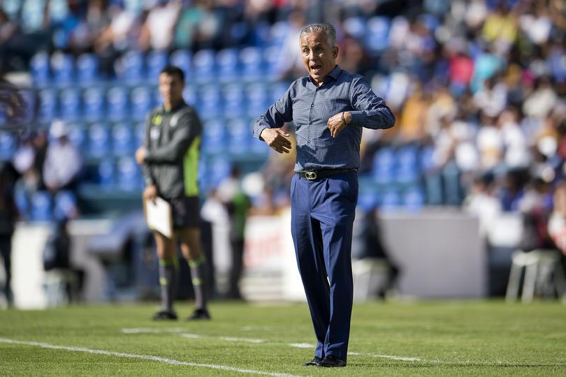 Sergio Bueno le da indicaciones a Jaguares