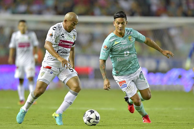 Egidio Arévalo disputa un balón frente a la defensa del Club León