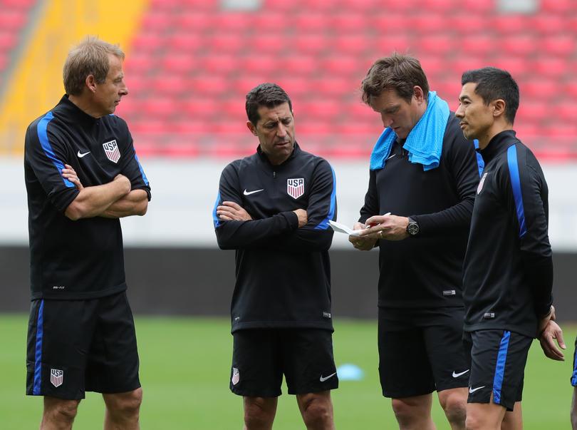 Jürgen Klinsmann platica con su cuerpo técnico