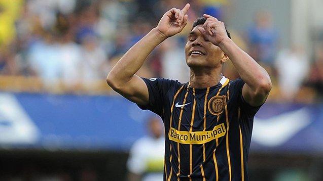 Teo Gutiérrez celebra dando gracias al cielo.