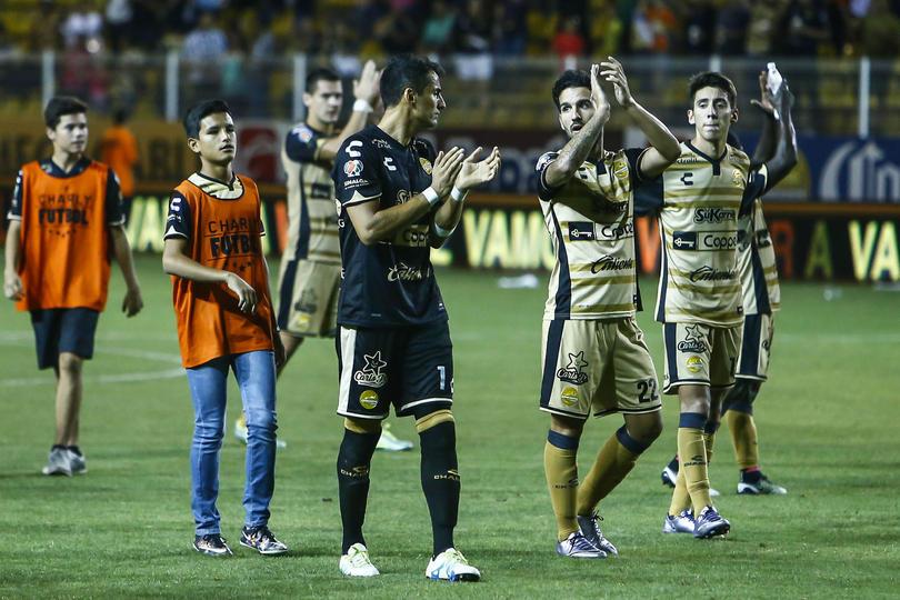 Dorados festeja con su afición.