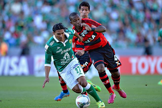 Gullit en un partido con León