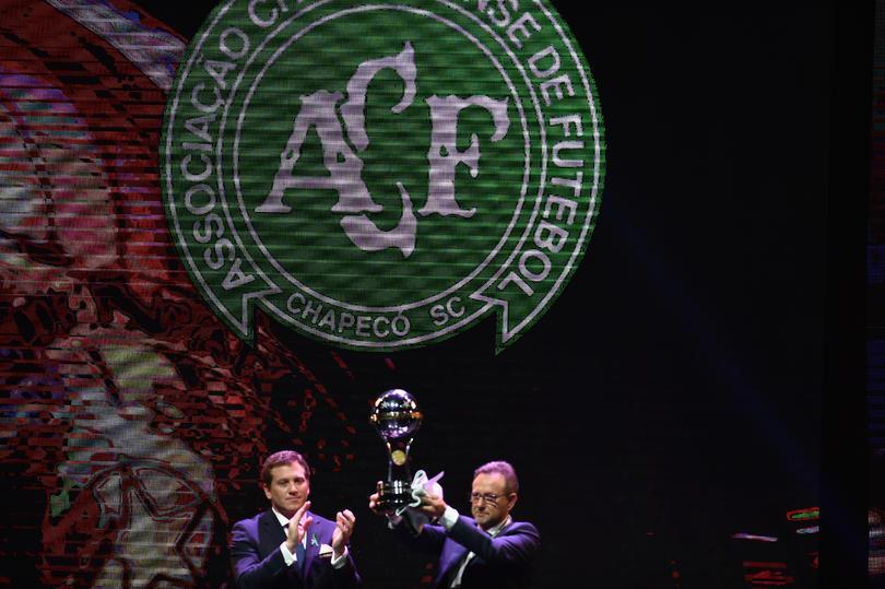 El presidente del Chapecoense recibe el trofeo de la Copa Sudamericana
