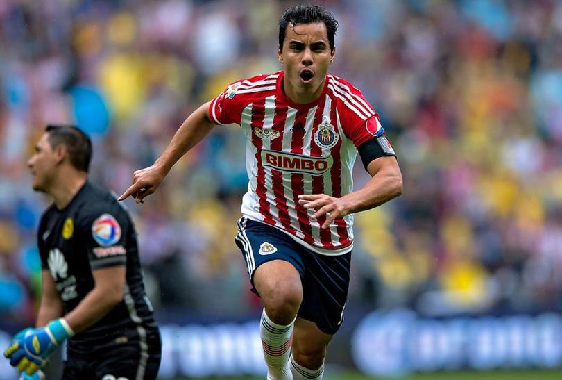 Omar Bravo festeja un gol contra el América