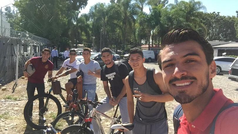 Los jugadores de Chivas llegaron en bici para no usar sus coches
