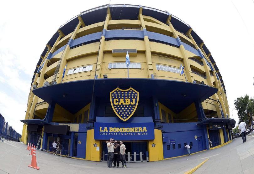 El futbol y el gobierno de Argentina entró en pánico hace unos momentos, luego de que en tres puntos distintos sonara en teléfono para amenazar que había una bomba. Los lugares eran, La Bombonera de Boca Juniors, el Monumental de River y la Casa Rosada de Gobierno.