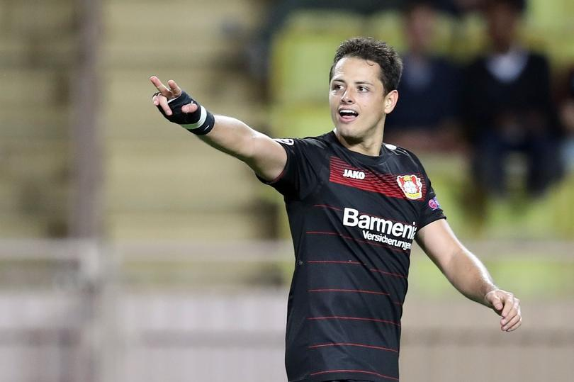 Javier Hernández celebra luego de una anotación