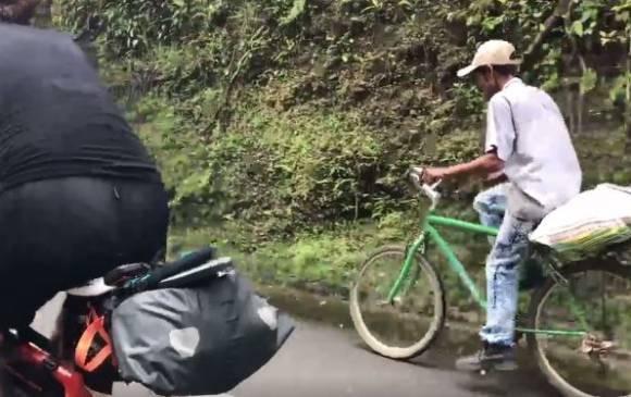 El agricultor colombiano que pedalea con más fuerza que dos triatletas.