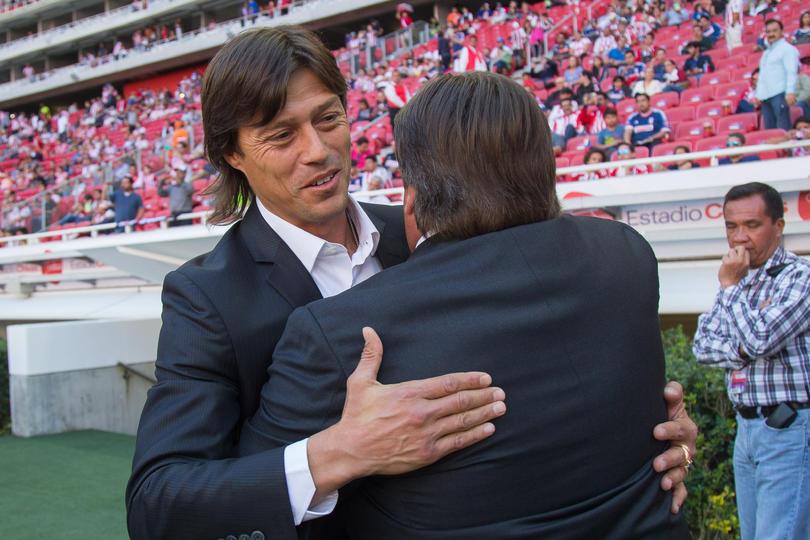Después de que Almeyda dijera que los mismos entrenadores son los que no confían en los jugadores mexicanos, el Piojo Herrera le respondió con que sólo dice eso porque Chivas tiene como regla jugar con mexicanos.