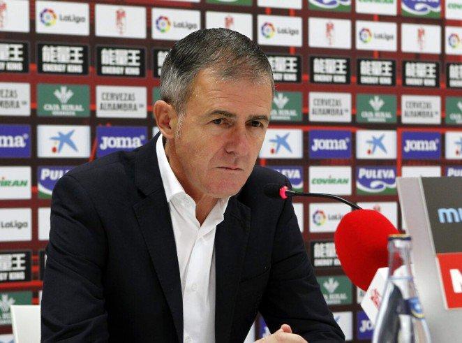 Luego de que el Granada sigue en penúltimo de la Liga de España y en puestos de descenso, la afición del equipo dice que le hace falta seguridad para estar en la portería y que han pasado mejores porteros por su club, pero Lucas Alcaraz, entrenador del equipo, dice que está teniendo un muy buen año.
