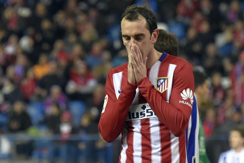 Diego Godín del Atlético y Deyverson del Alavés, se la pasaron todo el partido pegando, empujando, diciendo de cosas y jalando, hasta que uno perdió la cabeza y el otro respondió de la misma manera.