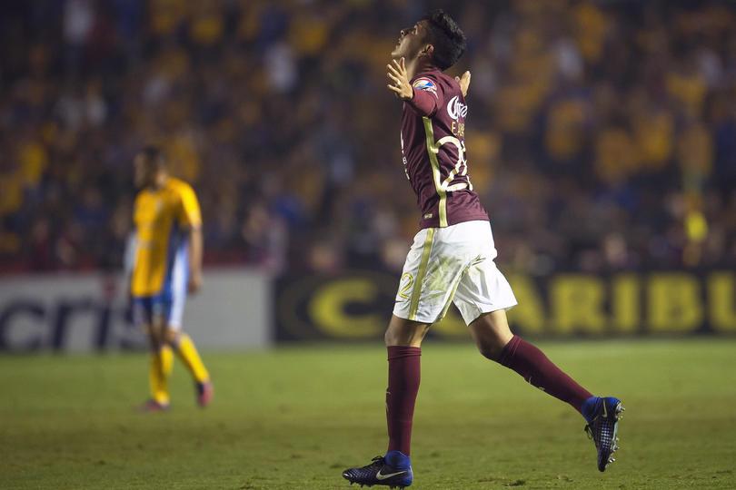 Edson Álvarez, uno de los jugadores que recibe su primer llamado