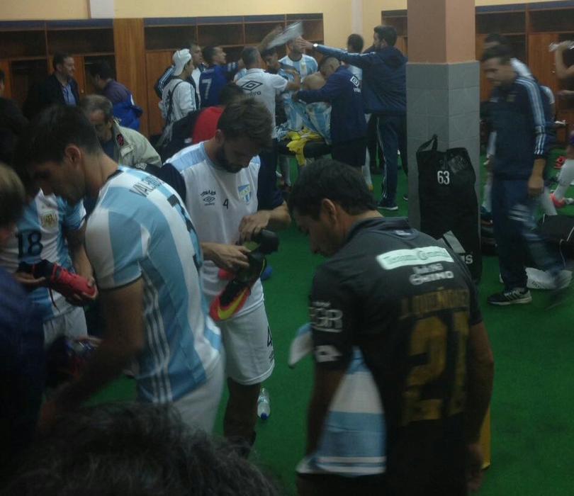 Atlético Tucumán poniendose en uniforme de Argentina Sub-20