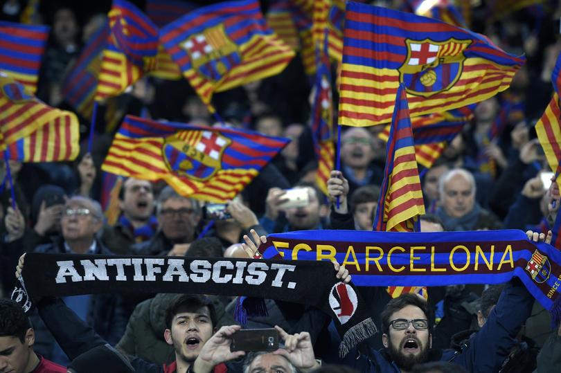 La visita de Barcelona a Mendizorroza para jugar contra el Alavés empezó mal, un aficionado resultó herido y trasladado a un hospital, después de la agresión de aficionados locales.