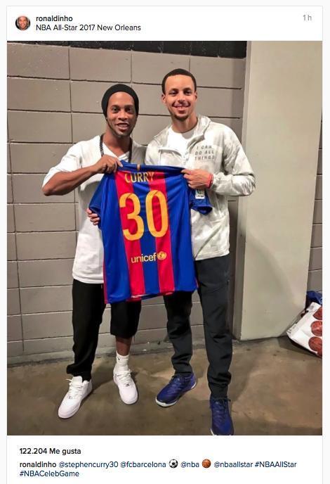 Ronaldinho le regala una playera del Barça a Curry