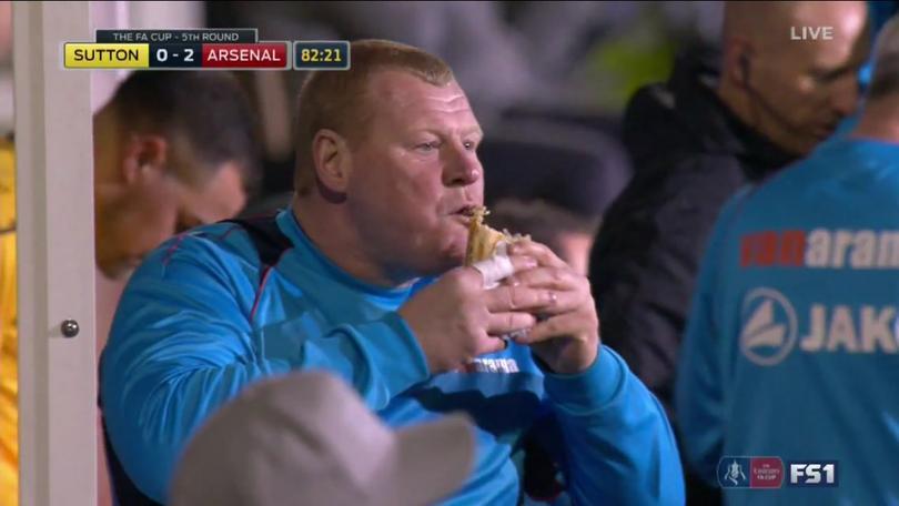 El portero suplente del Arsenal echándose un sandwich