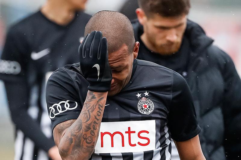 Everton Luiz salió llorando de la cancha por actos racistas en su contra