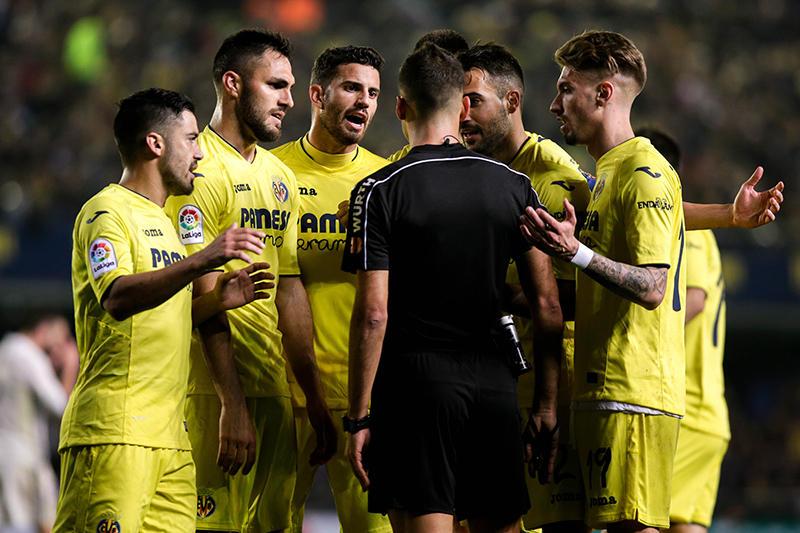 Los jugadores del Villarreal contra el árbitro