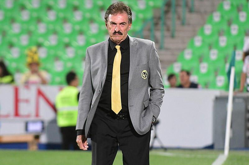 Ricardo La Volpe en el juego ante Santos