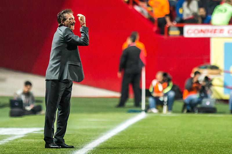 Ricardo La Volpe en el juego ante Xolos