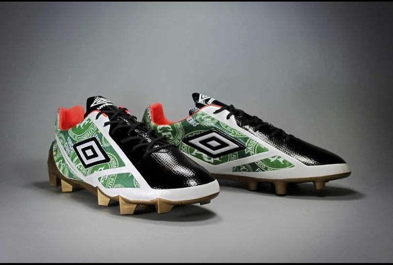 La suela de los zapatos contienen oro y serán subastados para recaudar fondos para el equipo.