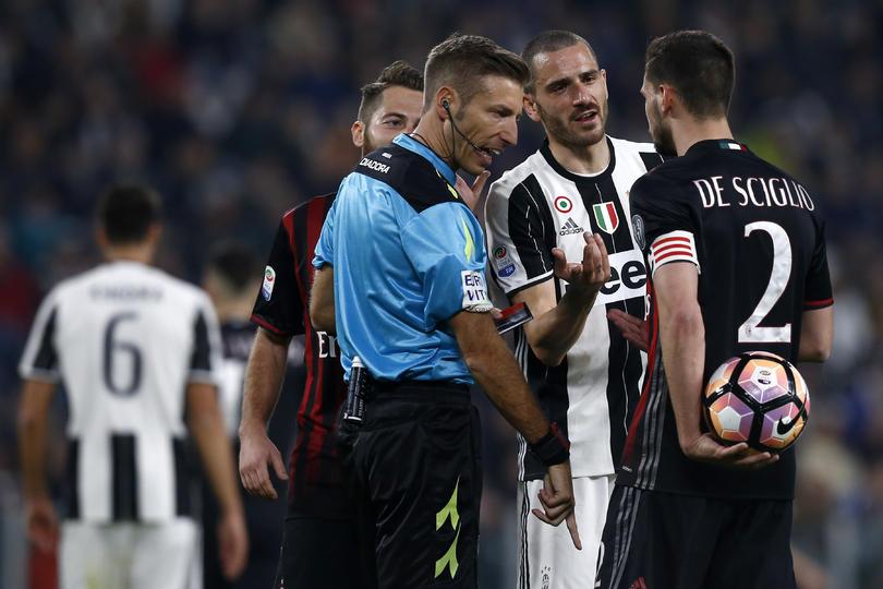Dicen que después del partido entre Juve y Milan que ganaron los locales con un dudos arbitraje por 2-1 con un penal de último minuto, los visitantes hicieron destrozos en el vestidor.