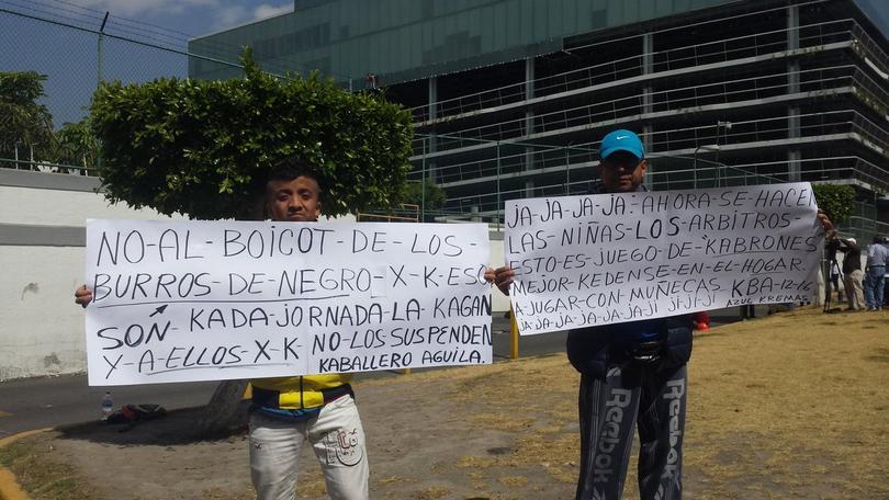 Aficionados del América protestaron por la sanción de Pablo Aguilar