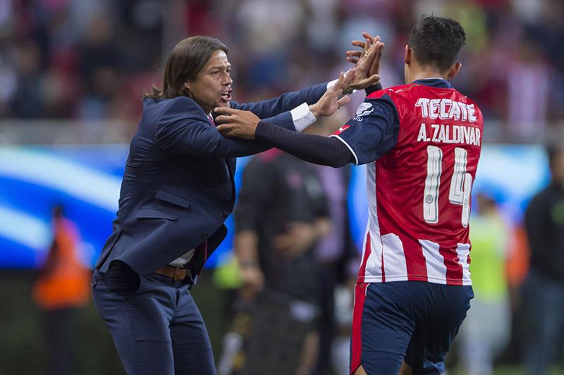 Almeyda celebrando con Zaldívar