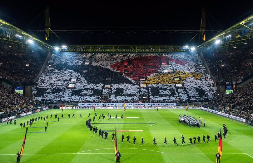 Con este mosaico, el público alemán despidió a Podolski