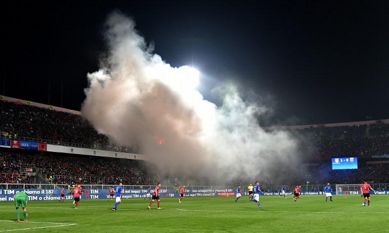 Aficionados de Albania se pusieron locochones y lanzaron bombas de humo