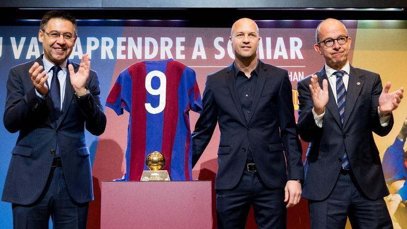 El Barcelona recordó con varios homenajes a Johan Cruyff a un año de fallecer, el club decidió cambiar el nombre del estadio del Barcelona B por el nombre del exjugador holandés.