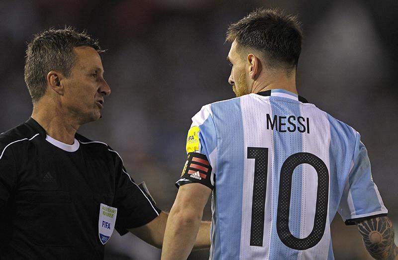 Messi con el árbitro en el juego contra Chile