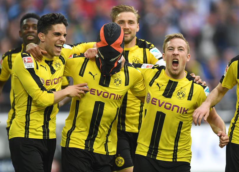 Dicen que Aubameyang podría ser castigado por el Dortmund por la celebración del gol contra el Schalke, porque se puso una máscara negra con rayos naranjas y era parte de una campaña publicitaria de Nike.