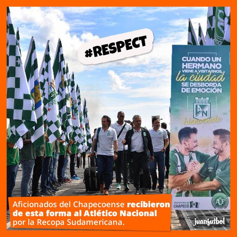 Aficionados del Chapeco reciben de forma honorífica al Atlético Nacional.