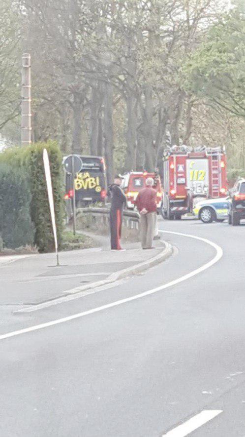 El autobús del Dortmund con ambulancias tras los hechos de violencia.