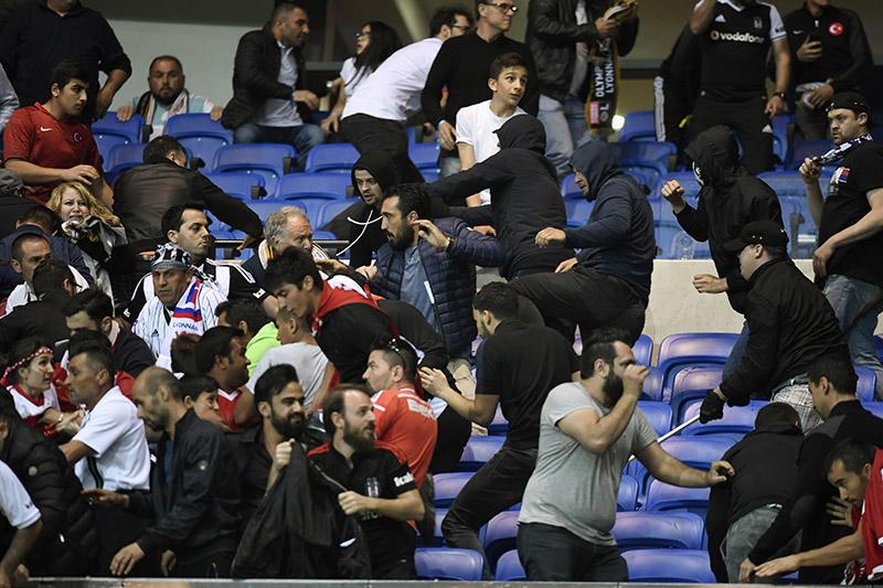 Violencia en el estadio de Lyon