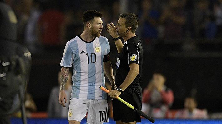 Después de que la FIFA le pusiera cuatro partidos de suspensión a Messi con Argentina por supuestos insultos al árbitro, dicen que podrían reducirle la sanción a dos si va a presentarse a las oficinas.