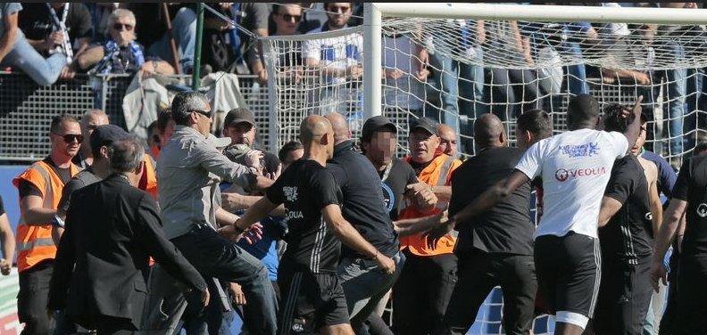 Ultras del Bastia agreden a jugadores del Lyon.