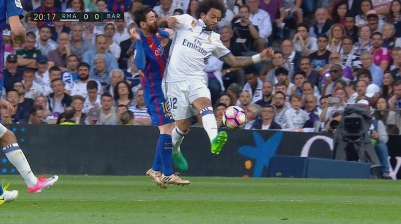 Codazo de Marcelo a Messi
