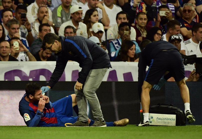 Messi no sólo se rifó en el Clásico, también salió con un buen golpe en el labio después de un codazo de Marcelo.