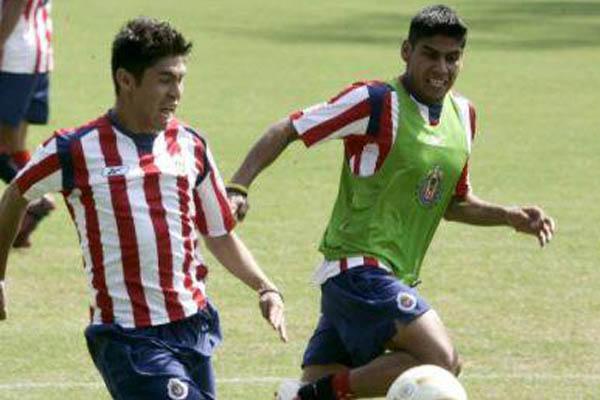 Oribe Peralta con la camiseta de las Chivas.