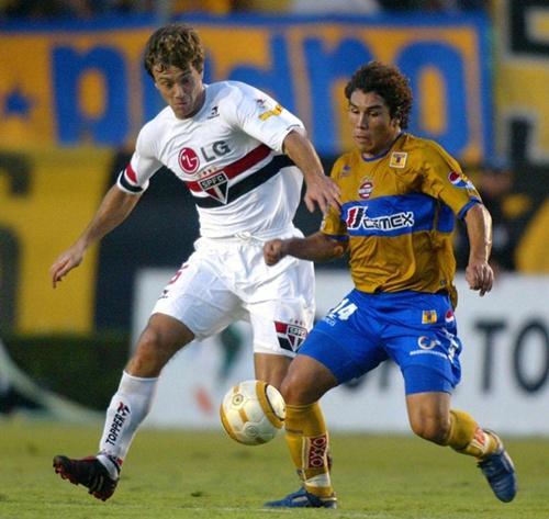 Cabañas disputa un balón con un defensor del Sao Paulo de Brasil.